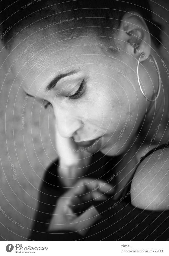 Lilian feminin Frau Erwachsene 1 Mensch Hemd Ohrringe berühren Denken festhalten Blick träumen warten schön selbstbewußt Leidenschaft Vertrauen Warmherzigkeit