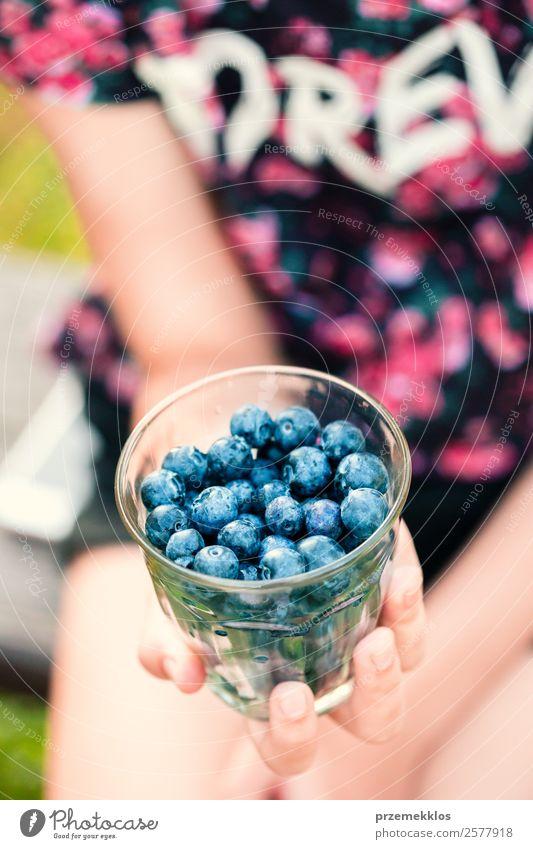 Frau Mensch Jugendliche Junge Frau Sommer blau Hand Essen Lifestyle Erwachsene Lebensmittel natürlich Garten Frucht Ernährung Körper