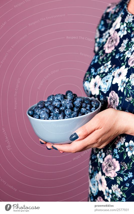 Frau Mensch Jugendliche Junge Frau Sommer blau Hand Essen Lifestyle Erwachsene Lebensmittel natürlich Frucht Ernährung Körper frisch