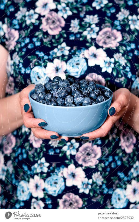 Frau Mensch Natur Sommer blau Hand Essen Lifestyle Erwachsene natürlich Frucht Ernährung Körper frisch authentisch lecker