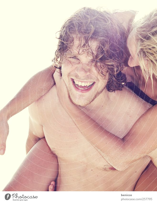 klammeraffe Frau Mann Jugendliche Sonne Ferien & Urlaub & Reisen Sommer Strand Freude Liebe lachen Paar lustig Schwimmen & Baden Europa Lächeln Verliebtheit