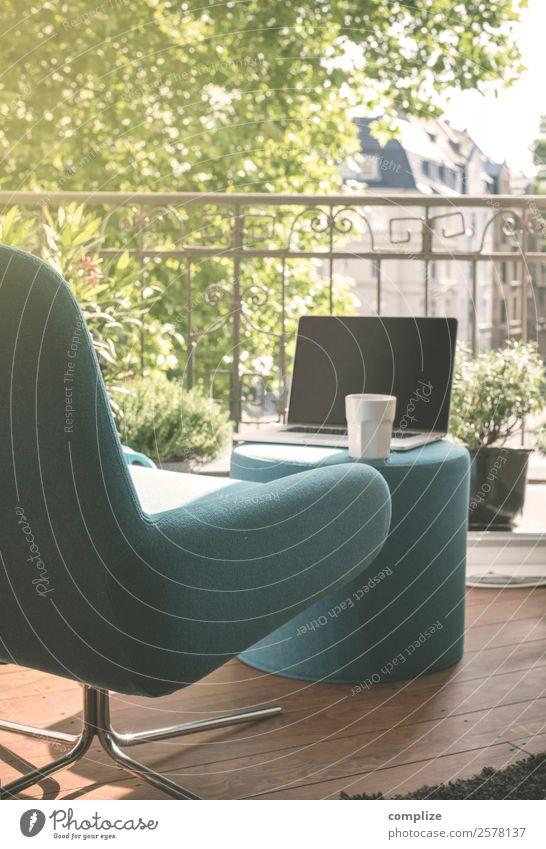 Sommer in der Stadt Lebensmittel Frühstück Kaffeetrinken Getränk Latte Macchiato Tasse Lifestyle Stil Freude Wohlgefühl Erholung ruhig Häusliches Leben Wohnung
