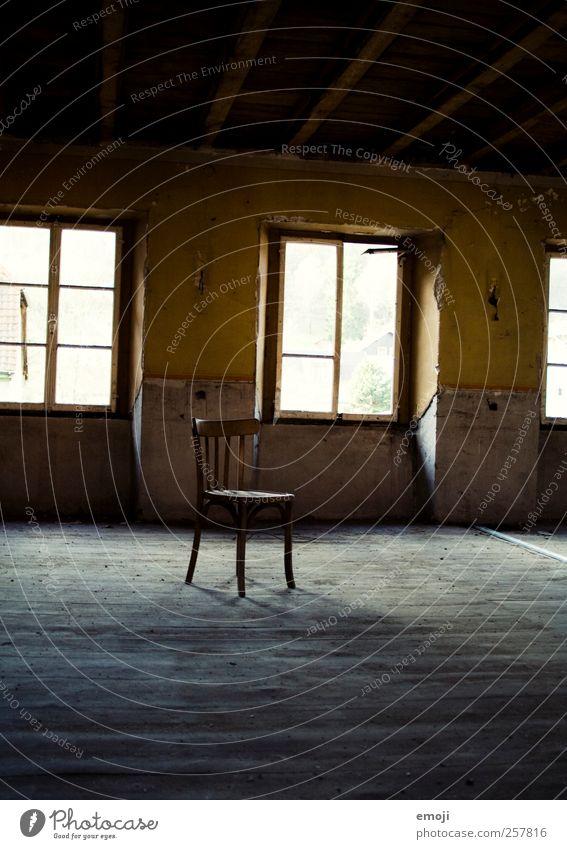 dein Platz ist frei alt Einsamkeit Haus gelb Fenster Wand Mauer Treppe leer Stuhl verfallen einzeln Hütte Einladung Einfamilienhaus Freiraum