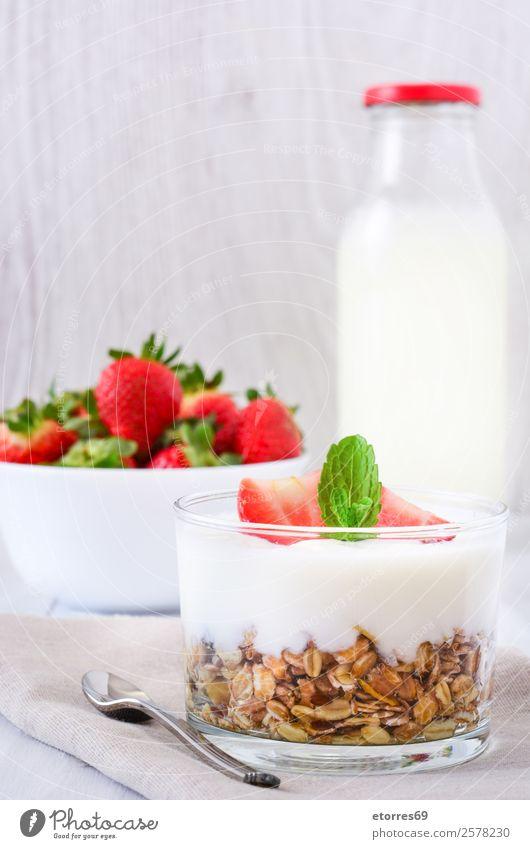 Joghurt mit Getreide und Erdbeeren Zerealien Frühstück Müsli Frucht Gesundheit Gesunde Ernährung Glas Vegetarische Ernährung Mahlzeit reif Beeren Milch Dessert