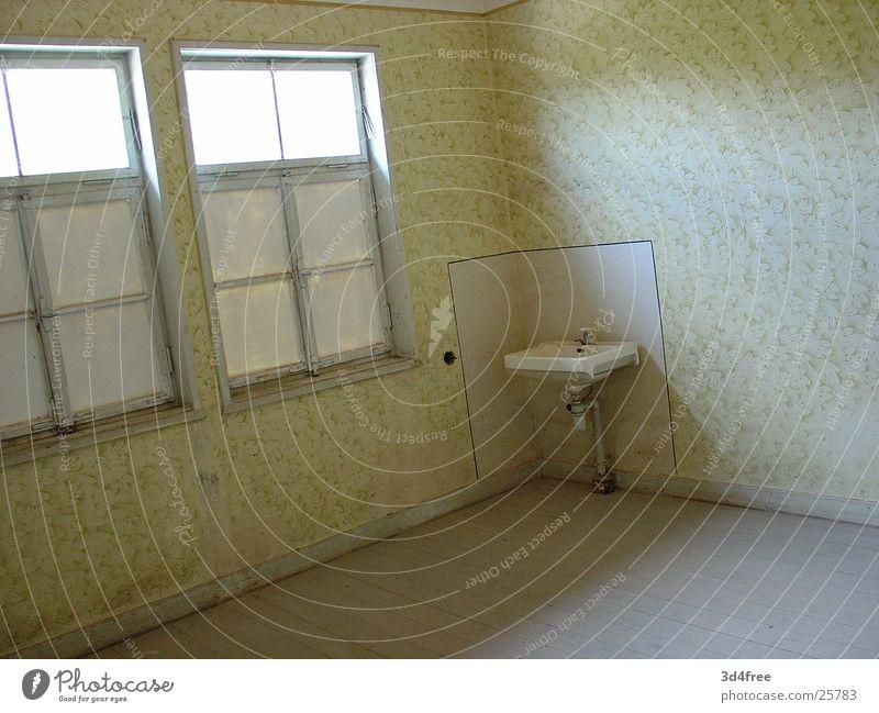 neues Zuhause alt kalt Raum leer Ecke verfallen historisch Waschbecken Konzentrationslager Natzweiler