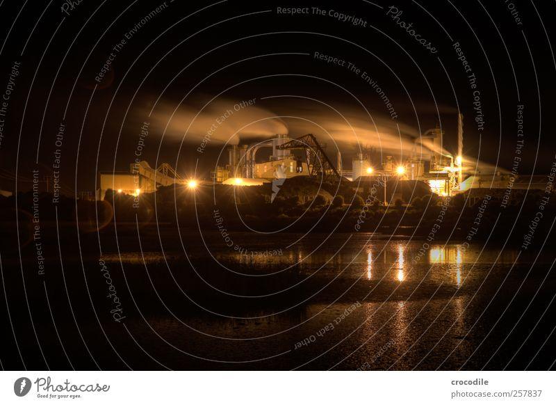 New Zealand 184 Industrie Umwelt Küste Nelson-Picton bedrohlich dreckig Holz Sägewerk Papierfabrik Wasserdampf Abgas Kran natriumdampflampe Farbfoto