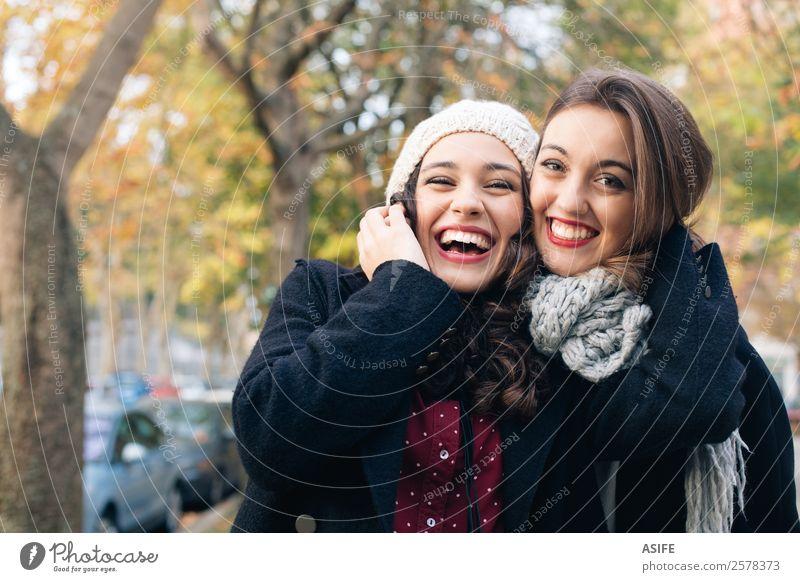 Freundinnen Umarmen im Herbst im Freien Lifestyle Freude Glück schön Winter Frau Erwachsene Freundschaft Jugendliche Park Mode Schal Lächeln lachen Liebe