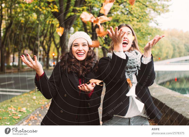 Mädchen verrückt nach Herbst Lifestyle Freude Glück schön Frau Erwachsene Freundschaft Jugendliche Blatt Mode Schal Lächeln lachen Coolness Zusammensein trendy