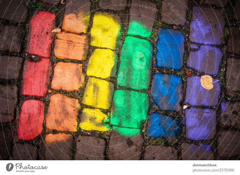Toleranz Stadt Platz Kopfsteinpflaster Stein Zeichen Fahne Zusammensein blau gelb grün violett orange rot Gefühle Akzeptanz Liebe Menschlichkeit Solidarität