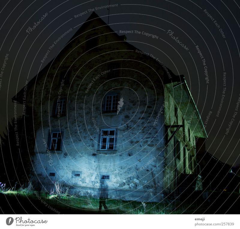 Geist der vergangenen Weihnacht Haus Hütte Gebäude Mauer Wand Fassade Fenster alt außergewöhnlich blau blitzen Blitzlichtaufnahme Außenbeleuchtung