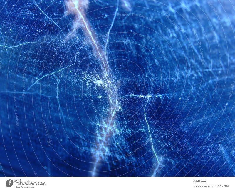 Versteinertes Holz blau springen glänzend obskur Riss Spalte Kratzer fossil