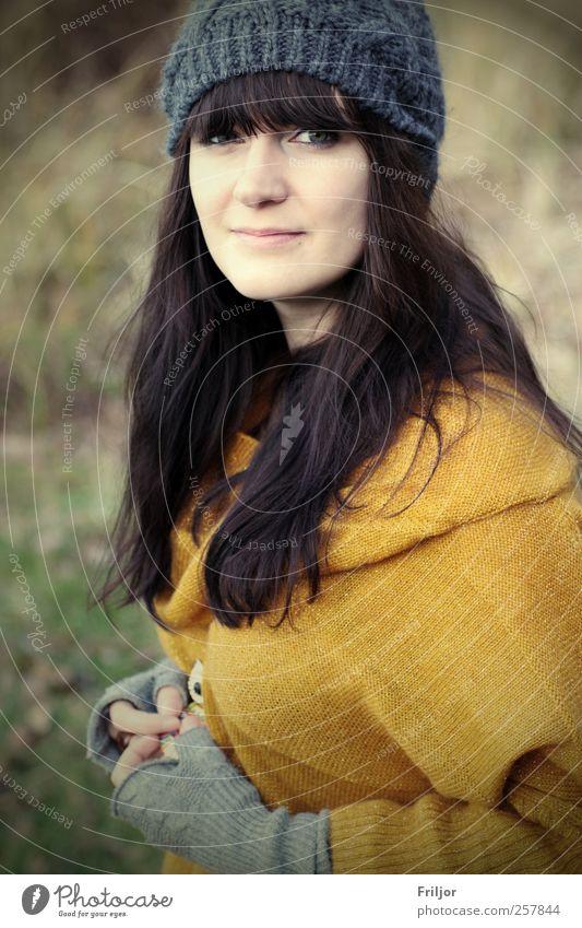 direkt feminin Junge Frau Jugendliche 1 Mensch 18-30 Jahre Erwachsene Pullover Mütze schwarzhaarig brünett ästhetisch Farbfoto Außenaufnahme Tag