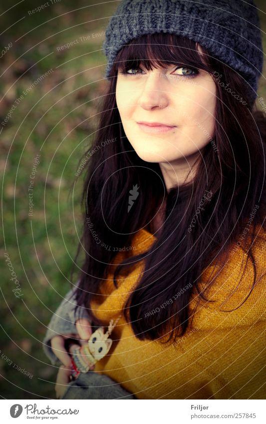 Lächelnd feminin Junge Frau Jugendliche 1 Mensch 18-30 Jahre Erwachsene Pullover Schmuck Mütze schwarzhaarig brünett langhaarig Pony ästhetisch Farbfoto