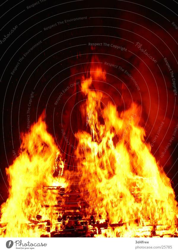 Feuerschen VI Holz brennen Nacht heiß Physik Holzstapel Flackern rot gelb Brand Flamme Abend Feste & Feiern Sommersonnenwende Wärme hoch orange
