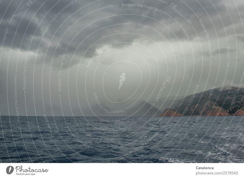Regenschauer auf dem Meer Himmel Natur Ferien & Urlaub & Reisen Sommer blau Wasser Berge u. Gebirge Küste braun grau Stimmung frisch Wellen authentisch