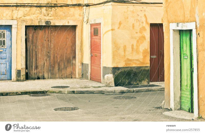 tür und tor Dorf Kleinstadt Haus Bauwerk Gebäude Architektur Mauer Wand Fassade Straße Wege & Pfade alt mehrfarbig gelb Süden mediterran grün blau Autotür Tor