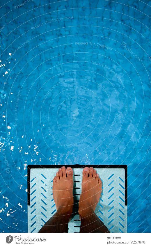 abgrundtief Mensch Mann blau Wasser Freude Erwachsene kalt Sport Bewegung springen Luft Fuß Angst Schwimmen & Baden fliegen hoch