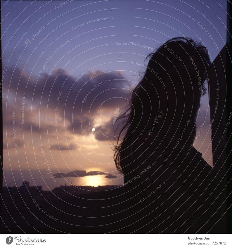 Der Sonne entgegen. Mensch Frau Erwachsene 1 Umwelt Natur Himmel Sonnenaufgang Sonnenuntergang Sonnenlicht Sommer Meer frei hell schön Wärme Stimmung Farbfoto
