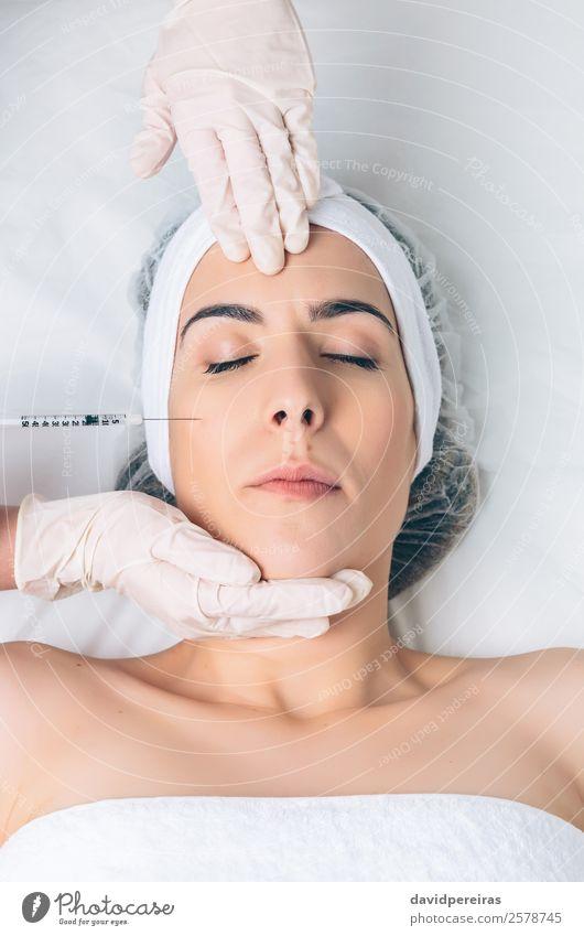 Nahaufnahme der Frau, die eine kosmetische Injektion ins Gesicht erhält. schön Haut Gesundheitswesen Behandlung Medikament Arzt Mensch Erwachsene Hand