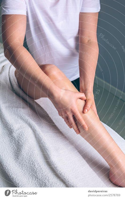 Massage-Therapeutenhände bei der Lymphdrainagebehandlung Glück schön Körper Haut Gesundheitswesen Behandlung Medikament Wellness Erholung Spa Arzt Mensch Frau