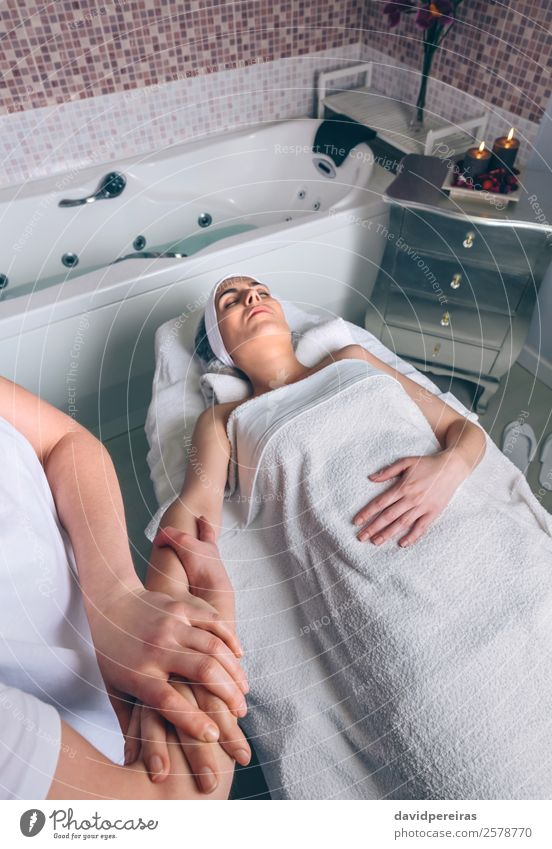 Frau erhält Lymphdrainage-Massage in der Klinik Glück schön Körper Haut Gesundheitswesen Behandlung Medikament Wellness Erholung Spa Arzt Mensch Erwachsene Arme