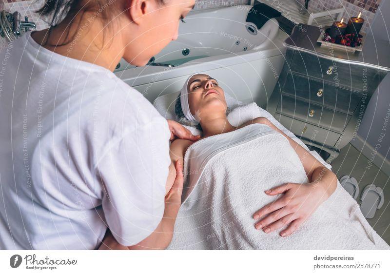 Massagetherapeutin, die eine Lymphdrainagebehandlung für Frauen durchführt. schön Körper Haut Gesundheitswesen Behandlung Medikament Wellness Erholung Spa Arzt