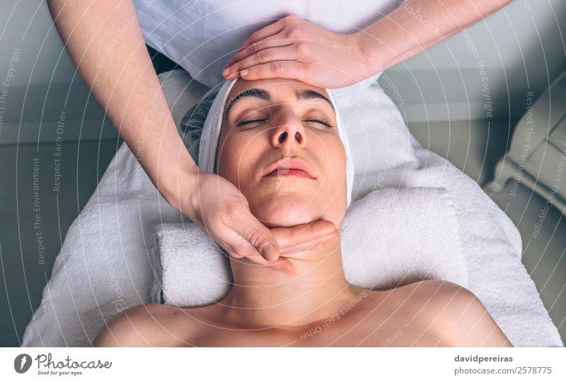 Frau in der Gesichtsbehandlung im Klinikum Glück schön Körper Haut Gesundheitswesen Behandlung Medikament Wellness Erholung Spa Massage Arzt Mensch Erwachsene