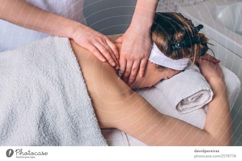 Frau erhält Nackenmassage im Klinikum Glück schön Körper Haut Gesundheitswesen Behandlung Medikament Wellness Erholung Spa Massage Arzt Mensch Erwachsene Hand