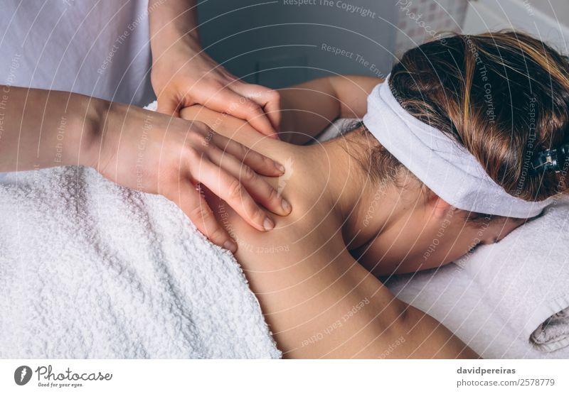 Frau erhält Rückenmassage im Klinikum Glück Körper Haut Gesundheitswesen Behandlung Medikament Wellness Erholung Spa Massage Arzt Mensch Erwachsene Hand liegen