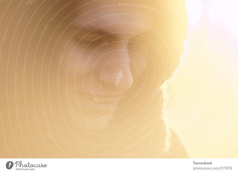 100 gegenlichtmiezen Mann feminin Nase Gesicht Auge Mund Kapuze Winter Sonnenstrahlen Lächeln Gegenlicht Blick nach unten Gesichtsausdruck Gesichtsausschnitt