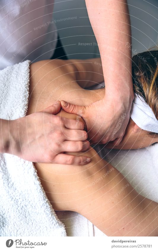 Frau erhält Massage auf den Schultern im Klinikum schön Körper Haut Gesundheitswesen Behandlung Medikament Wellness Erholung Spa Arzt Mensch Erwachsene Hand
