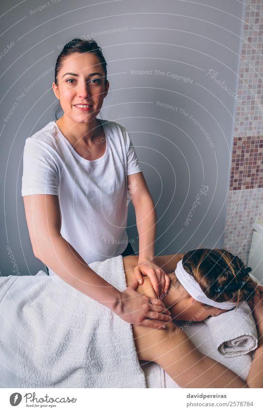 Massage-Therapeutin bei der Behandlung von Frauen in der Klinik Glück schön Körper Haut Gesundheitswesen Medikament Wellness Erholung Spa Arzt Mensch Erwachsene