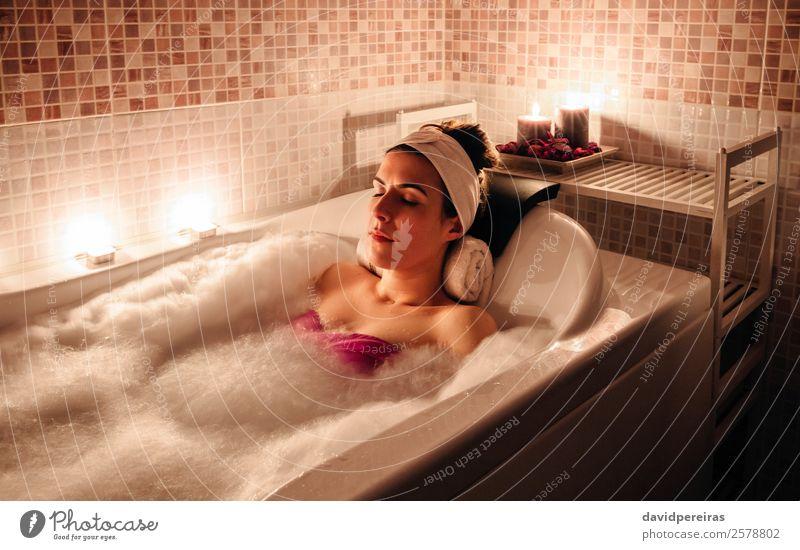 In der Wanne liegende Frau bei der Hydrotherapie-Behandlung schön Körper Gesundheitswesen Wellness Erholung Spa Freizeit & Hobby Badewanne Mensch Erwachsene