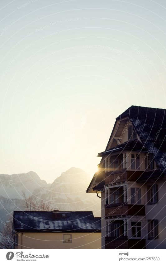 Wintersonne Himmel Wolkenloser Himmel Schönes Wetter Berge u. Gebirge Dorf Haus kalt Farbfoto Außenaufnahme Menschenleer Textfreiraum links Textfreiraum oben