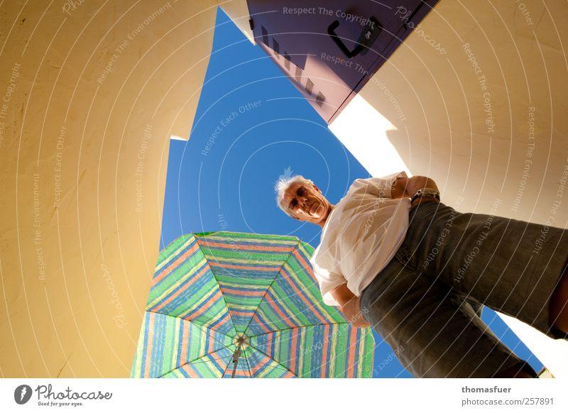 Sonnenschirm -250- Mensch Mann blau Ferien & Urlaub & Reisen Sommer Haus Erwachsene gelb Wand Mauer Tür Perspektive stehen T-Shirt Jeanshose beobachten