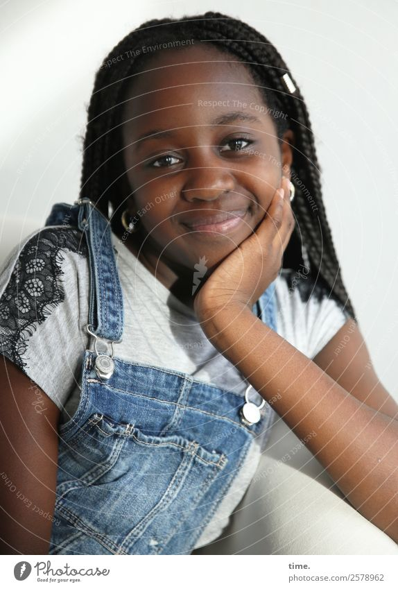Gloria Sessel feminin Mädchen 1 Mensch T-Shirt Jeanshose Schmuck brünett langhaarig Afro-Look festhalten Lächeln Blick Freundlichkeit positiv schön Freude