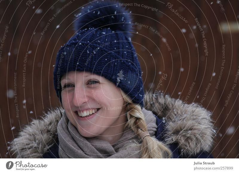 Schneeflöckchen Mensch Jugendliche blau weiß schön Winter Erwachsene Gesicht Schnee grau Glück lachen Schneefall braun blond elegant