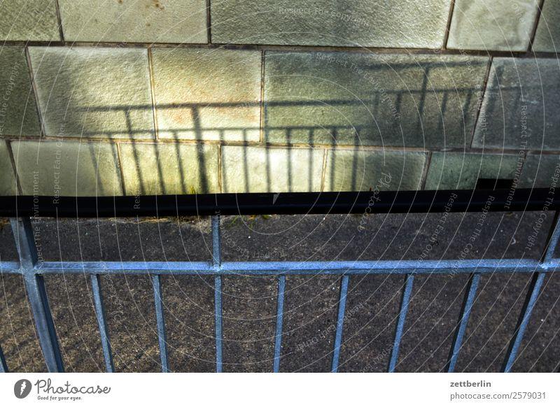 Geländer mit doppeltem Schatten Wand Mauer Textfreiraum Treppengeländer Grenze Barriere Brückengeländer Doppelbelichtung Lichtspiel Verbote vervielfältigen