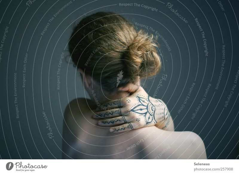 und sonst sitzt da immer der Schalk Frau Mensch Jugendliche Hand schön Erwachsene feminin Kopf Haare & Frisuren Körper blond Rücken Haut Finger Kosmetik Locken