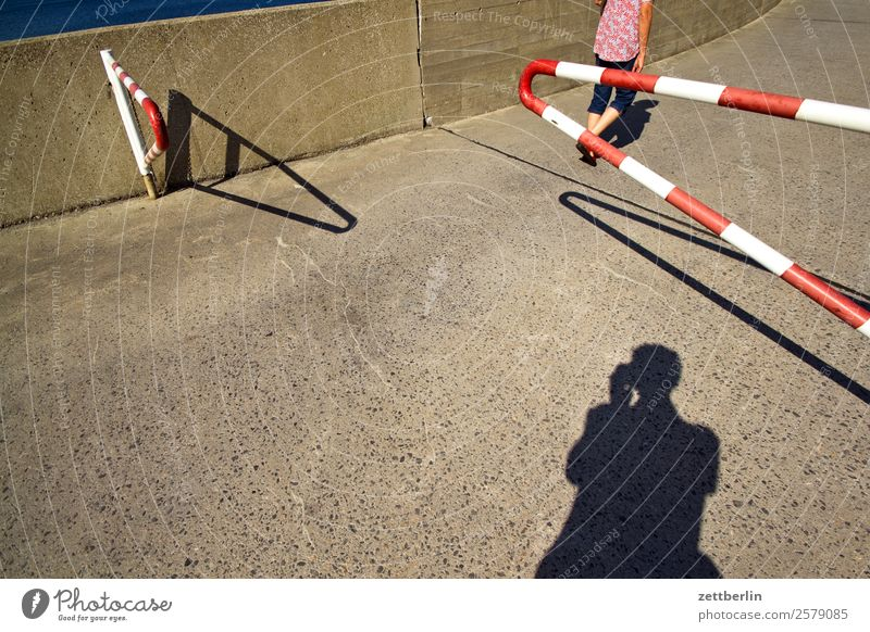 Zugang zur Mole in Bodø Frau Ferien & Urlaub & Reisen Meer Reisefotografie Mauer Textfreiraum gehen Rücken laufen Beton Hafen Barriere Tor Eingang maritim