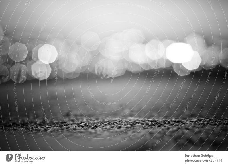 7cm über der Erdoberfläche Natur ruhig Umwelt Landschaft Gefühle Traurigkeit Lampe Stimmung Zufriedenheit glänzend ästhetisch leuchten Trauer Asphalt nah Fußweg