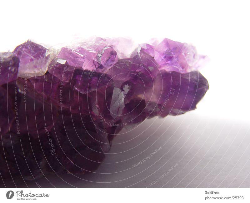teures Steinchen violett Kristallstrukturen Kostbarkeit teuer Edelstein