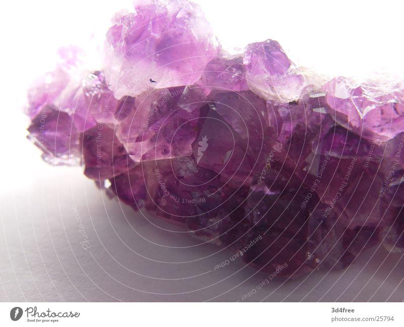 teures Steinchen Stein violett Kristallstrukturen Kostbarkeit teuer Edelstein