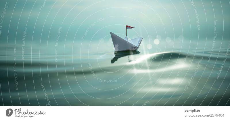 kleines Papierschiff mit Fahne auf dem Meer Kind Ferien & Urlaub & Reisen Sommer Wasser Sonne Erholung ruhig Strand Reisefotografie Gesundheit Glück Spielen