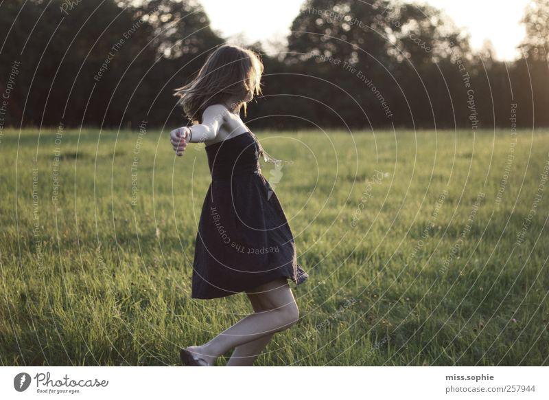 fliegen. Freude Ferien & Urlaub & Reisen Sommer Sonne feminin Jugendliche Leben Körper Wiese Kleid blond Bewegung Tanzen träumen authentisch Glück schön Wärme