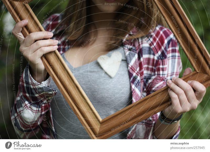 eingerahmt. Jugendliche schön Liebe Leben Gefühle Holz Glück blond Herz festhalten Warmherzigkeit Lächeln Hemd Rahmen Verliebtheit kariert