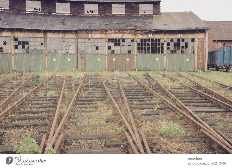 abstellgleis Gebäude kaputt Vergänglichkeit verfallen Verfall Nostalgie Leerstand Schuppen Schienenverkehr stilllegen