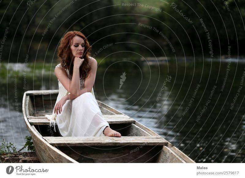 Junge Frau sitzt im Boot Mensch Natur Jugendliche schön Wasser weiß Erotik Mädchen Erwachsene natürlich Mode Wasserfahrzeug sitzen Fluss