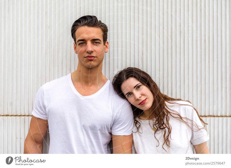 Junges, schönes Paar, das in Jeans und T-Shirt posiert. Lifestyle Stil Glück Frau Erwachsene Mann Freundschaft 2 Mensch 13-18 Jahre Jugendliche Mode Bekleidung