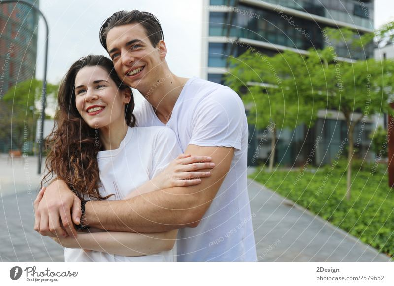 Junges, schönes Paar, das in Jeans und T-Shirt posiert. Lifestyle Stil Glück Frau Erwachsene Mann Freundschaft 2 Mensch 18-30 Jahre Jugendliche Mode Bekleidung